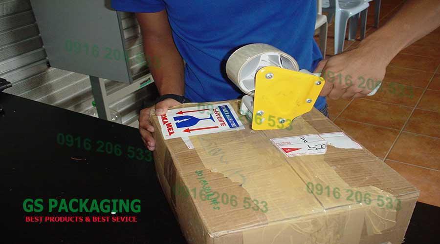 Dùng băng dính để dán thùng carton