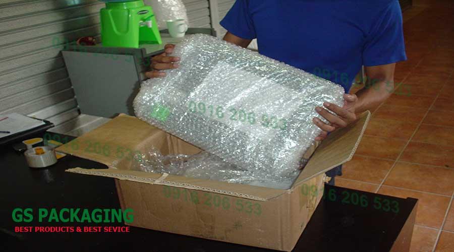Sau khi đã đóng gói song, ta cho laptop vào thùng carton