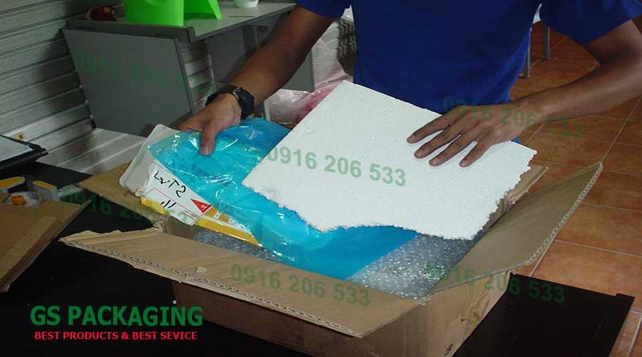 Sử dụng thêm lớp mút xốp PE để lót đáy thùng carton
