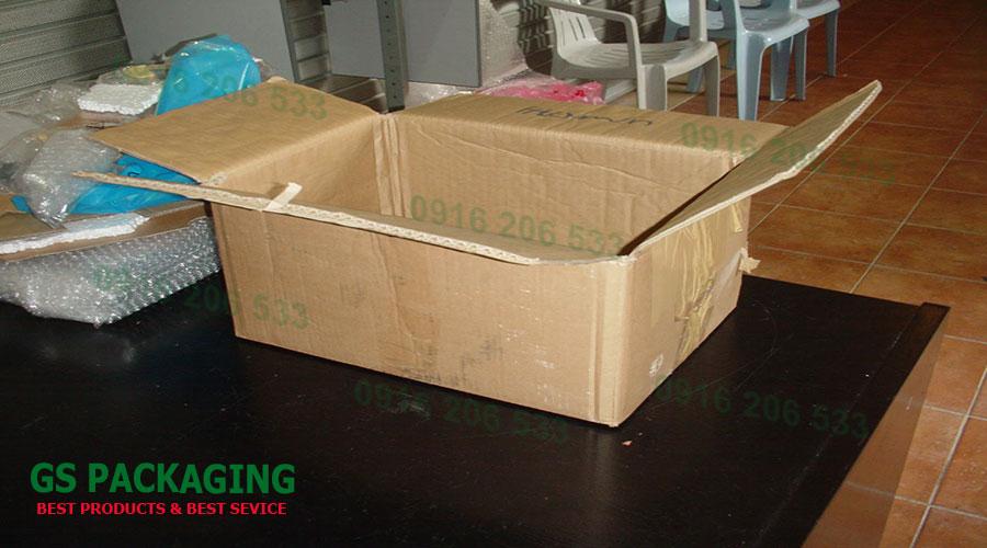 Chuẩn bị xốp hơi, thùng carton và băng dính